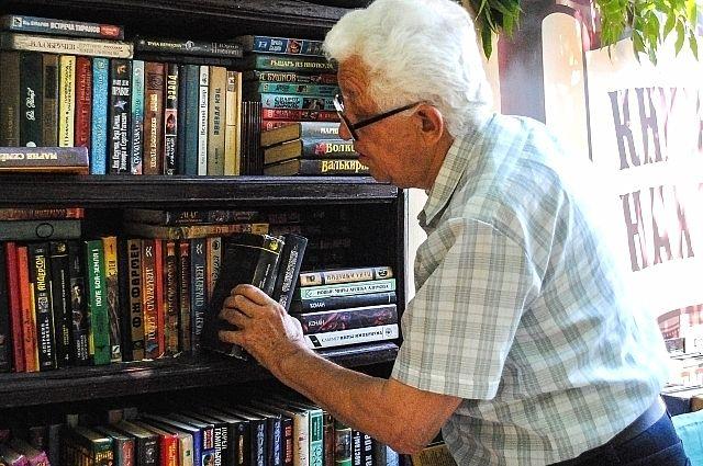 Ростовчане разных возрастов с удовольствием посещают книжный развал: покупают, просто читают, ищут в многочисленных отсеках полок что-то интересное.