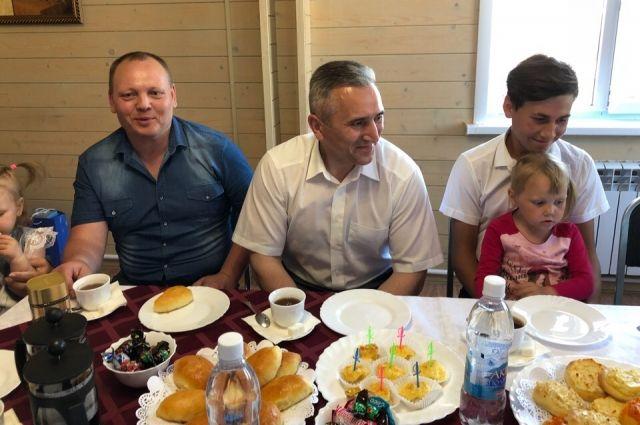 Александр Моор вручил многодетной семье из Абатского района ключи от дома