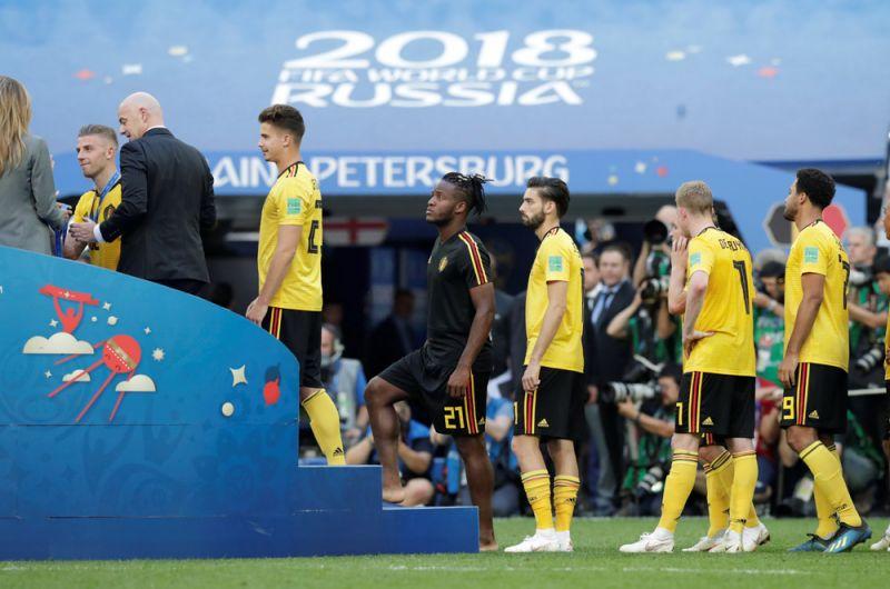 Президент ФИФА Джанни Инфантино вручает бронзовые медали игрокам сборной Бельгии.
