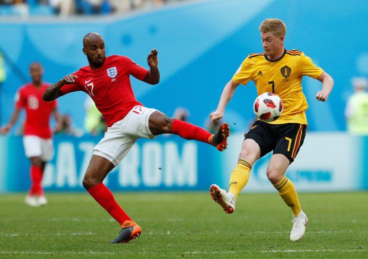 Игрок сборной Англии Фабиан Делф и игрок сборной Бельгии Кевин де Брюйне.