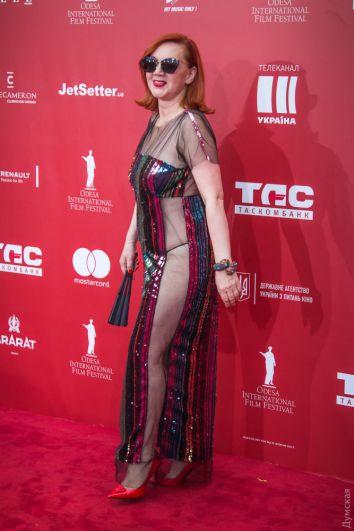 Это платье - главный fashion-freak красной дорожки ОМКФ-2018. Чересчур откровенные наряды на красные дорожки ввела Эмили Ратаковски. Но стоит отметить, что с ее фигурой это простительно. А здесь, помимо откровенного платья (которое больше напоминает сетку), видна резинка от трусов и, простите, целлюлит.