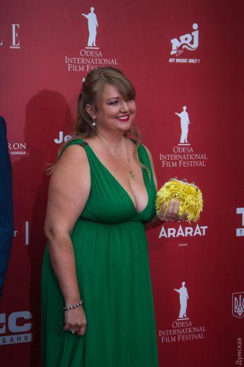 Украина - щедрая душа. Тамила Афанасьева тому яркий пример. И хотя платье для своей фигуры она подобрала очень удачно, но с таким пышным бюстом стоило позаботиться о белье, поскольку смотрится очень откровенно.