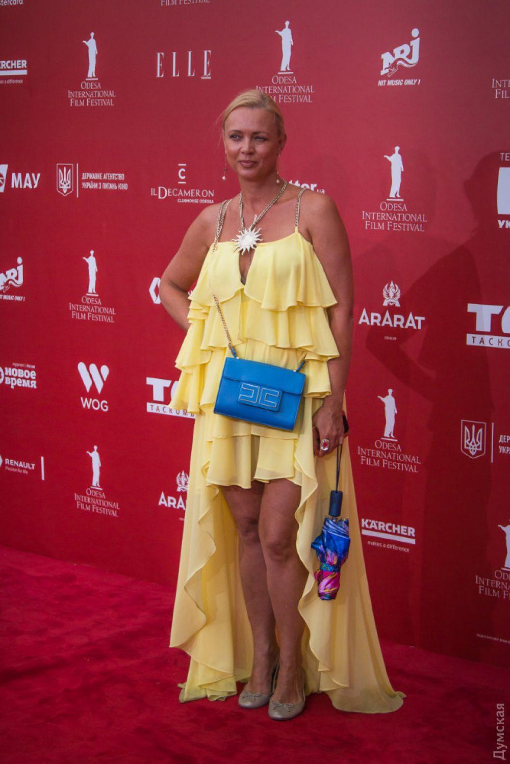 """А вот это платье, хоть в сочетании с сумкой и составляет """"патриотичную"""" расцветку, но совершенно не подходит для красной дорожки. Такой сарафан лучше всего подошел бы для пляжа или вечерней прогулки по набережной."""