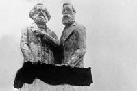 Памятник Карлу Марксу и Фридриху Энгельсу.