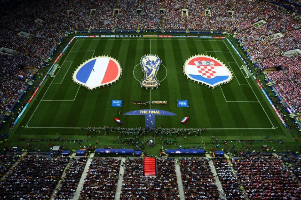 Игроки сборных Франции и Хорватии перед финальным матчем.