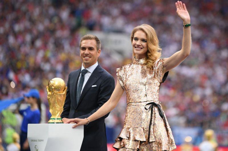 Футболист Филипп Лам иоснователь фонда «Обнажённые сердца» Наталья Водянова перед началом финального матча чемпионата мира пофутболу между сборными Франции иХорватии.