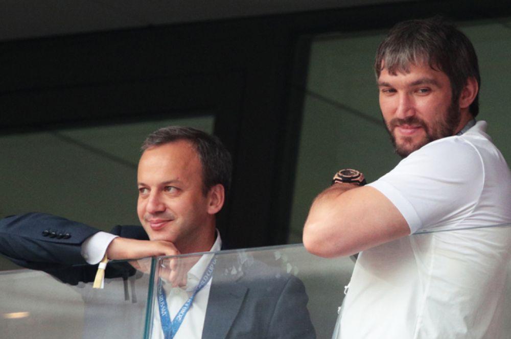 Аркадий Дворкович и Александр Овечкин на зрительской трибуне.