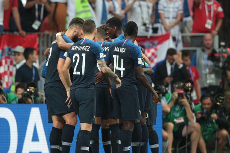 Игроки сборной Франции радуются забитому голу.