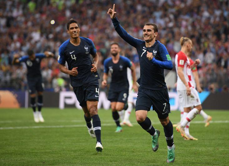Игроки сборной Франции радуются победе в финальном матче.
