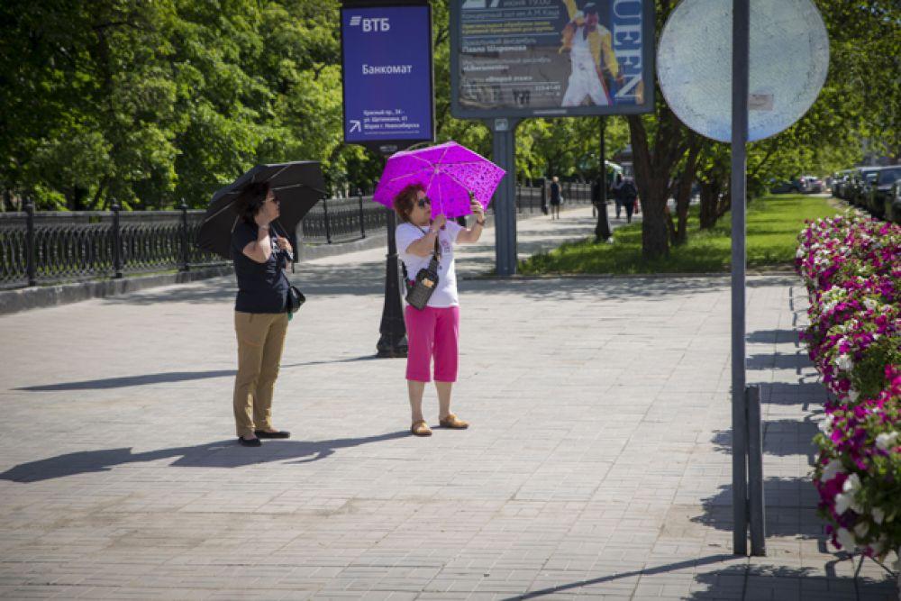Зонты отлично помогают пережить жару.