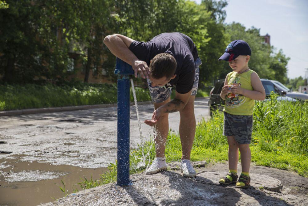 А другие сибиряки спасаются от жажды с помощью уличных колонок.