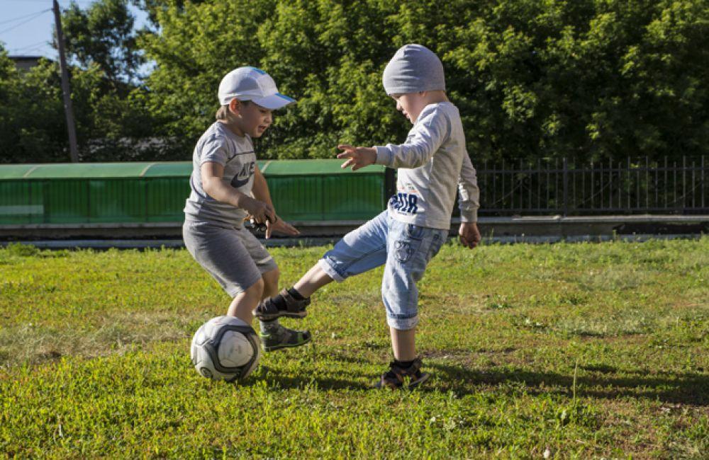 Малышня играет в различные подвижные игры.