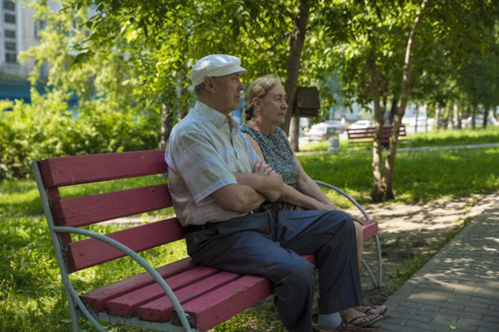 А некоторые горожане получают удовольствие от спокойного отдыха в тени раскидистых деревьев.