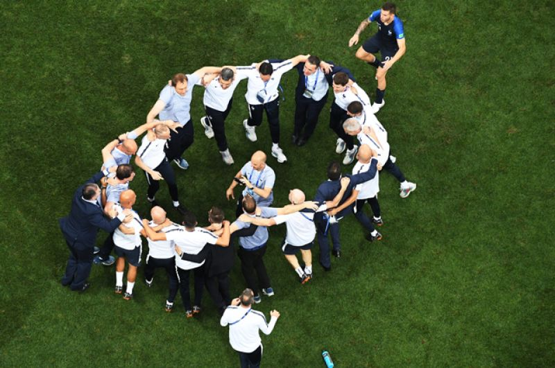 Тренерский состав сборной Франции радуется победе.