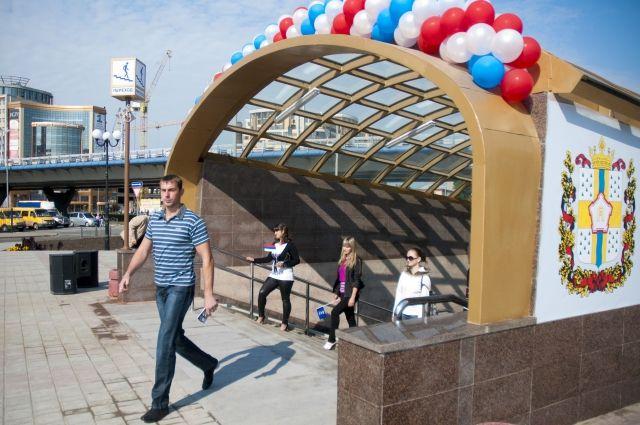 Вместо входа в метро функционирует только подземный переход.