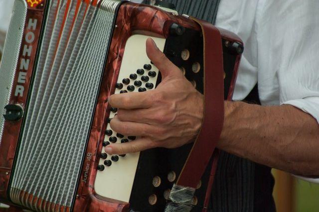 В Ноябрьске искали аккордеон для уличного музыканта