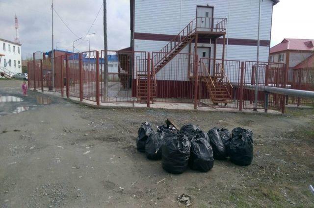 Пока в Салехарде одни убирают, другие - мусорят