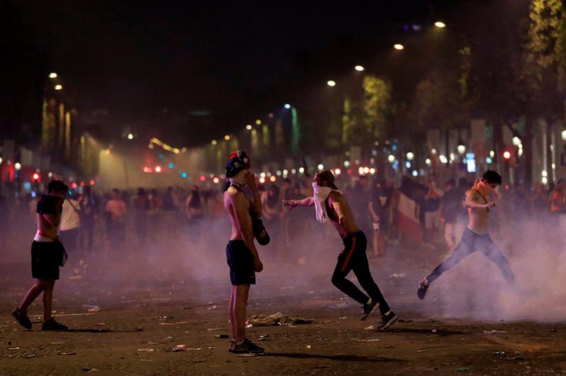 Беспорядки на Елисейских полях в Париже. Правоохранительные органы задержали семерых человек, подозреваемых в причастности к беспорядкам.