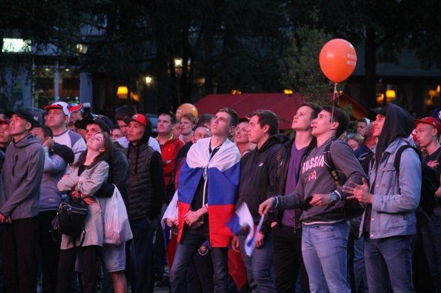 В фан-зоне на бульваре Строителей собирались кемеровчане и гости города.