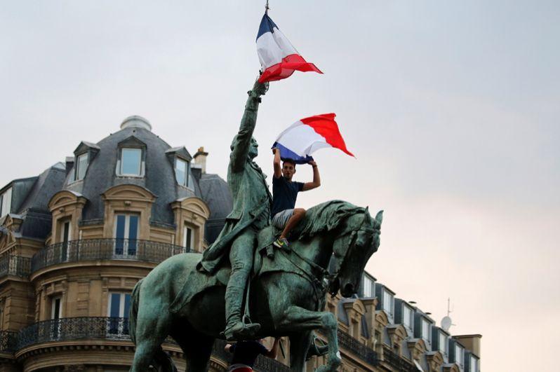 Французы празднуют победу национальной сборной.