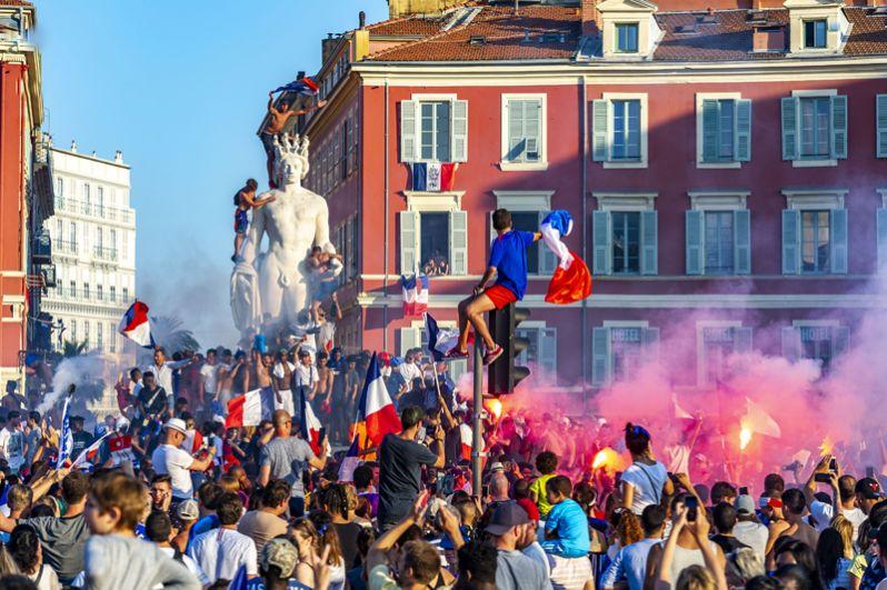 Болельщики на площади Массена в Ницце.