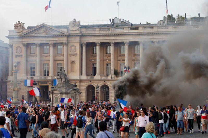 Болельщики на площади Согласия после победы Франции в финале чемпионата мира по футболу.