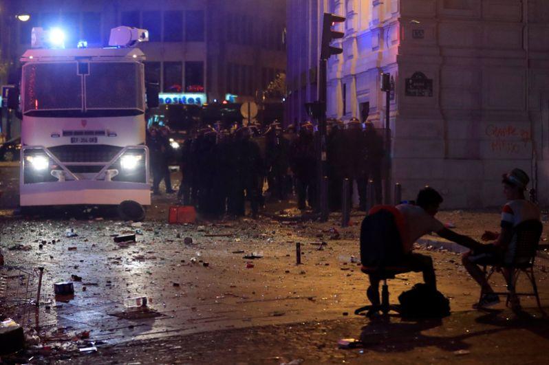 В Марселе двое сотрудников полиции получили травмы во время столкновений с хулиганами, 10 человек задержаны.