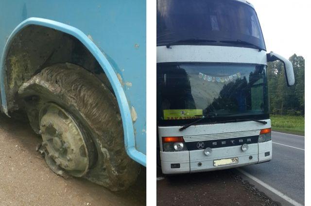 Лопнувшее колесо повредило провода в автобусе.