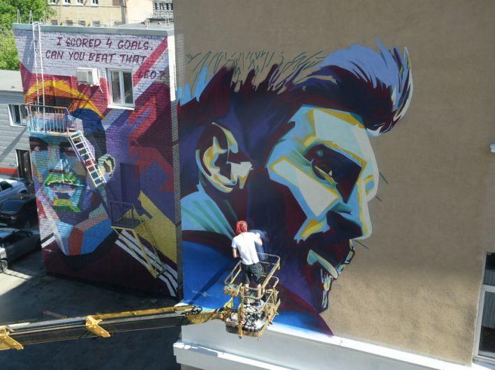 Самая скандальная история была связана с граффити в честь Лионеля Месси. Он заселился в гостиницу, где во время Кубка Конфедераций проживал Криштиану Роналду. Увидев граффити в честь португальца, Месси потребовал и себе такое же. И получил.