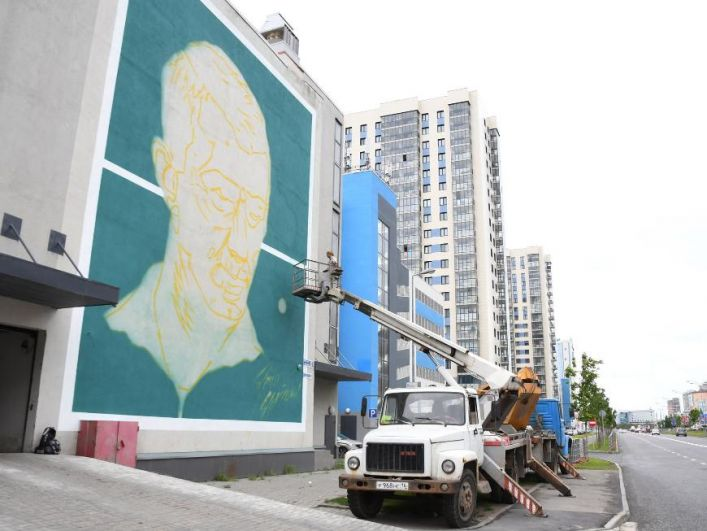 К старту чемпионата мира на здании по ул. Сибгата Хакима, 58 в Казани появился портрет советского футболиста и тренера Игоря Нетто.