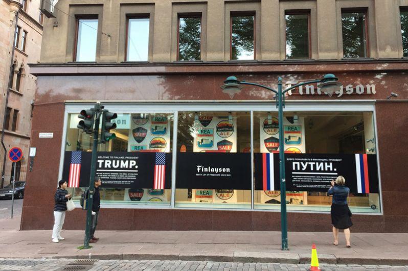 Плакат с обращением к президенту США Дональду Трампу и президенту РФ Владимиру Путину на одном из магазинов в Хельсинки.