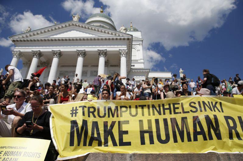 Митинг против политики Трампа в центре столицы Финляндии.