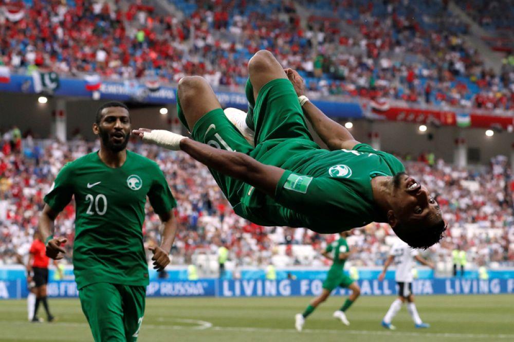 Игрок сборной Саудовской Аравии Салем Аль-Досари празднует забитый гол в матче против Египта в Волгограде.