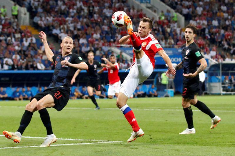 Игрок сборной России Денис Черышев играет против хорватского футболиста Домагоя Виды в четвертьфинальном матче на стадионе «Фишт» в Сочи.