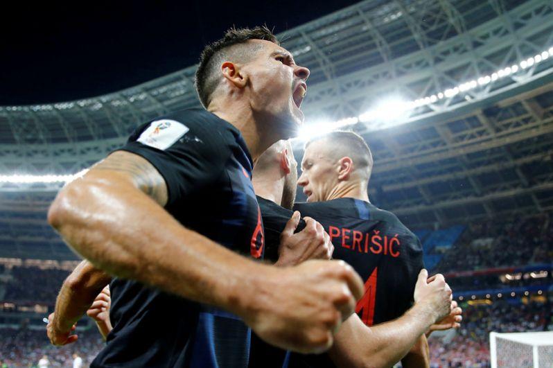 Хорватские футболисты Иван Перишич и Деян Ловрен празднуют первый гол в матче против сборной Англии на стадионе «Лужники» в Москве.