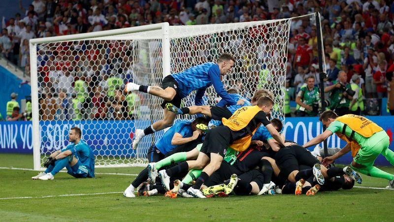 Хорватский футболист Иван Ракитич с командой после решающего пенальти во время четвертьфинального матча Россия-Хорватия в Сочи.
