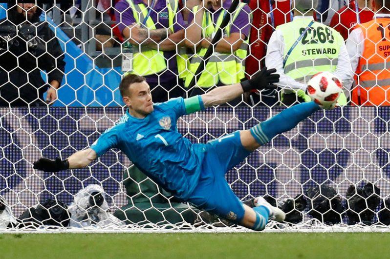 Сейв вратаря сборной России Игоря Акинфеева во время серии пенальти в матче со сборной Испании.