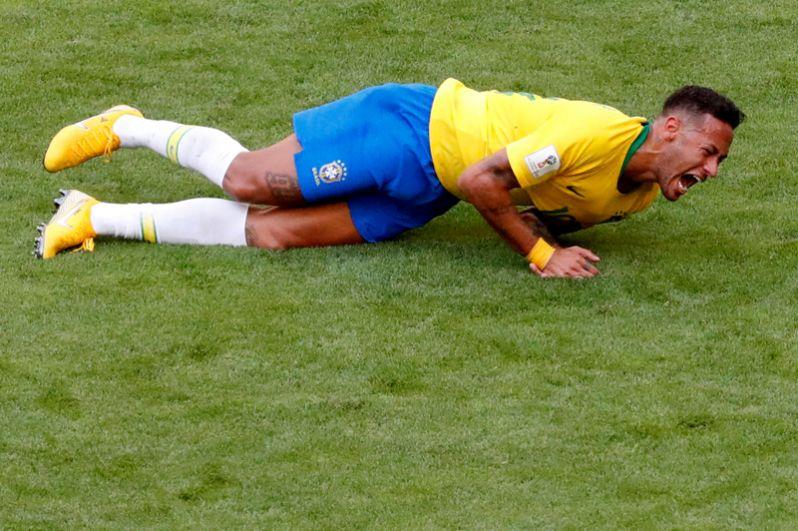 Бразильский футболист Неймар получил травму во время матча Бразилия-Мексика в Самаре.