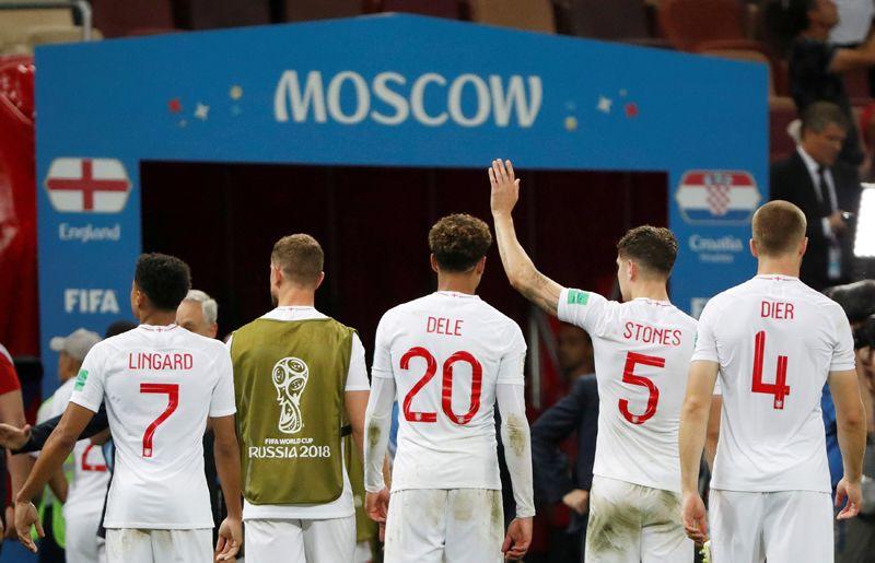 Игроки сборной Англии после поражения в матче с Хорватией на стадионе «Лужники» в Москве.