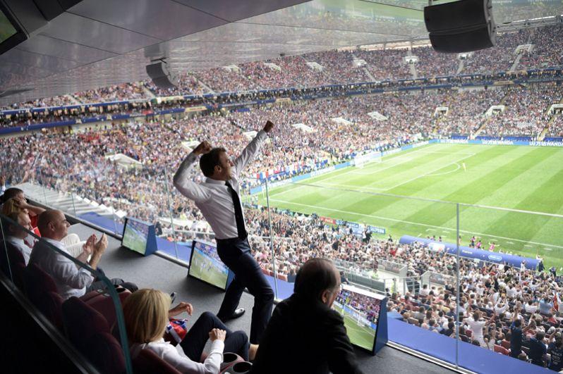 Президент Франции Эммануэль Макрон после победы французов в матче с Хорватией в Москве.