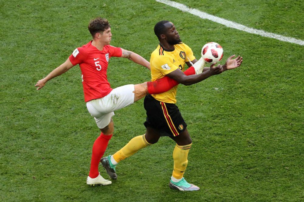 Игрок сборной Англии Джон Стоунз и бельгиец Ромелу Лукаку в матче за третье место на стадионе в Санкт-Петербурге.