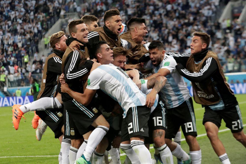 Маркос Рохо (Аргентина) празднует второй гол со своей командой во время матча Нигерия-Аргентина в Санкт-Петербурге.
