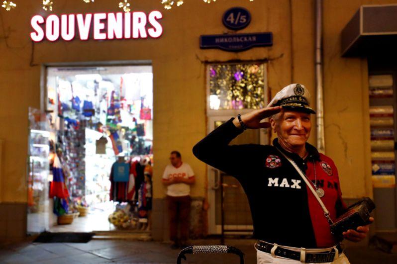 Мужчина возле сувенирного магазина на Никольской улице, Москва.