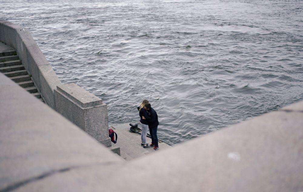 Пара на набережной Невы, Санкт-Петербург.