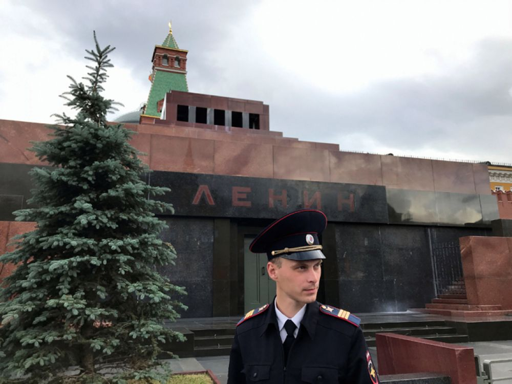 Охранник у Мавзолея Ленина на Красной площади, Москва.
