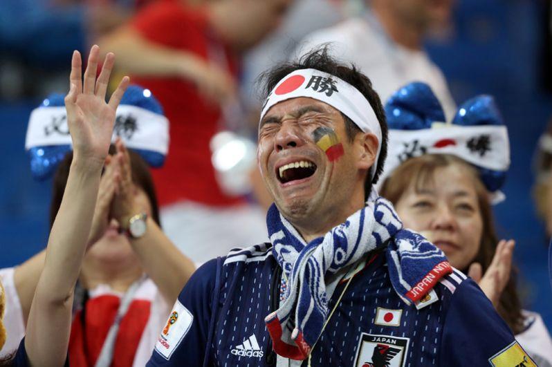 Японский болельщик после проигрыша Японии в матче против Бельгии в Ростове-на-Дону.