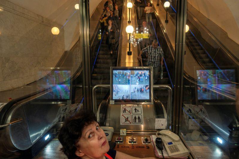 Дежурная у эскалатора в метро, Москва.