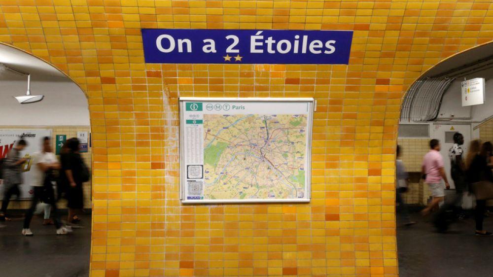 """А этот пересадочный узел """"Шарль Де Голль - Этуаль"""" теперь имеет название """"У нас две звезды"""", так как Франция стала чемпионом мира второй раз, первый был в 1998 году."""