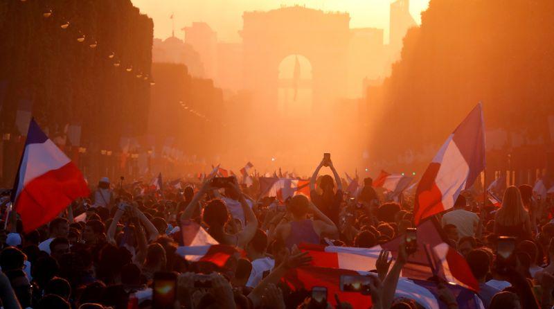 Матч между Францией и Хорватией окончился победой Франции со счетом 4:2. Множество болельщиков собрались на улицах Парижа и других городов Франции, чтобы отметить это событие.
