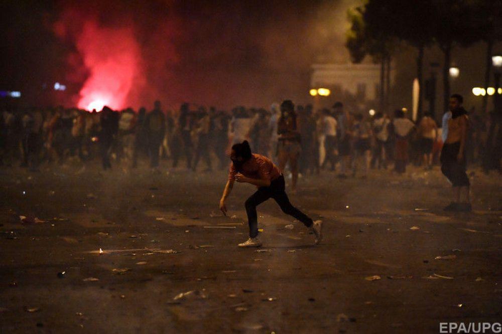 Однако, в процессе празднования некоторые немного увлеклись и устроили массовые беспорядки, бросая в людей и здания мусор.